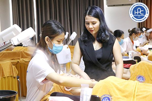 Sinh viên Khoa Chăm sóc sắc đẹp HPC trong giờ thực hành